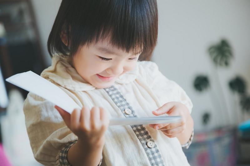 本を読む幼い子
