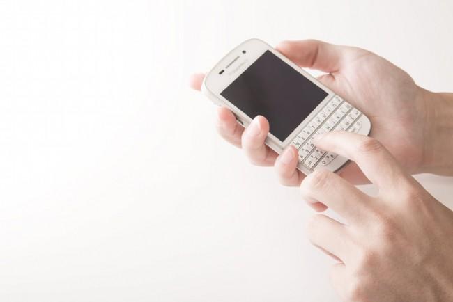 スマートフォンを操作する