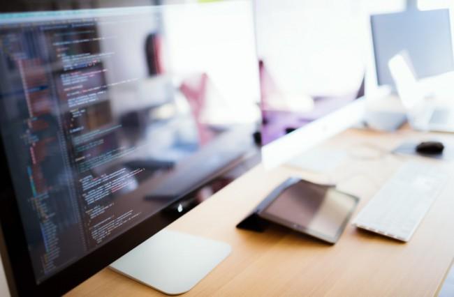 プログラミムコードが表示されたPC画面