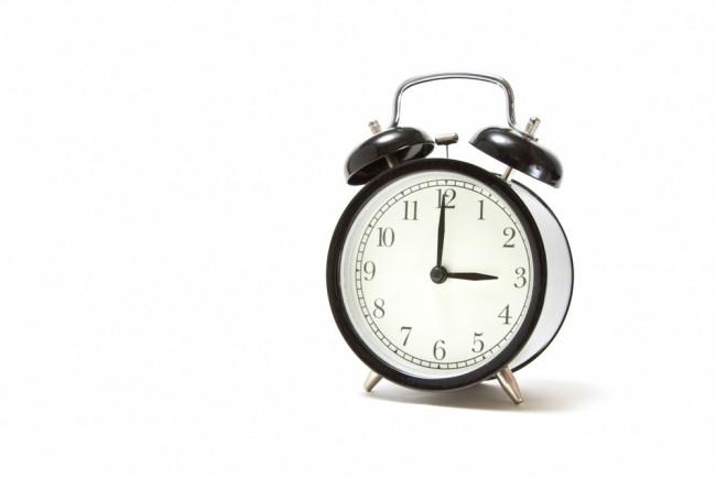 おやつの時間を指す目覚まし時計