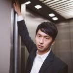 エレベーターでドヤ顔をかます男性