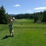 ゴルフでティショットを打つ男性2