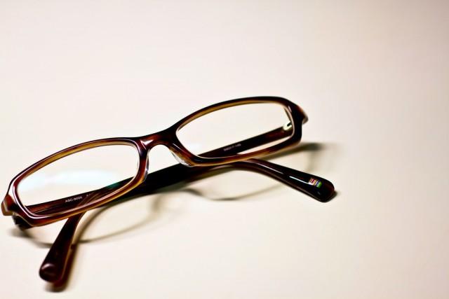茶色いフレームのメガネ