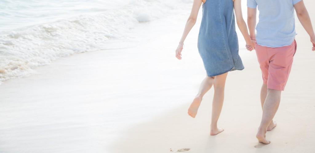 波打ち際を歩くカップル