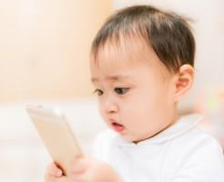 スマートフォンをおもちゃ代わりにする興味津々な赤ちゃん