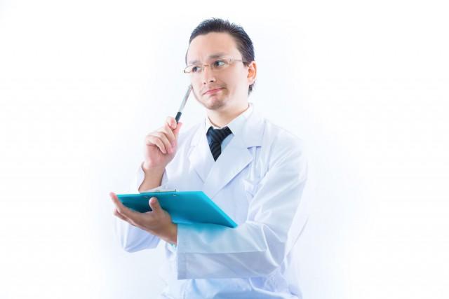 検査結果に悩むドクター