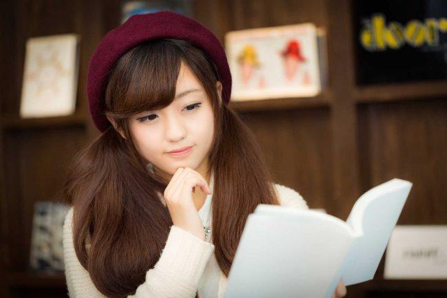 読書をする少女