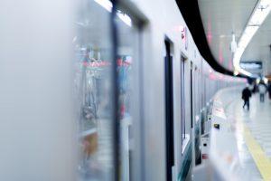 ホームに停車中の電車