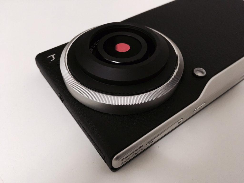 「LUMIX DMC-CM10」は撮影時にレンズが飛び出して傷つきやすいので、専用レンズカバーを購入してガードしておこう。