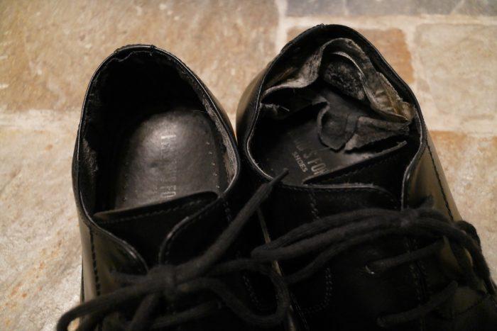 営業をやっていた当時履いていた靴。1年でボロボロになりました。