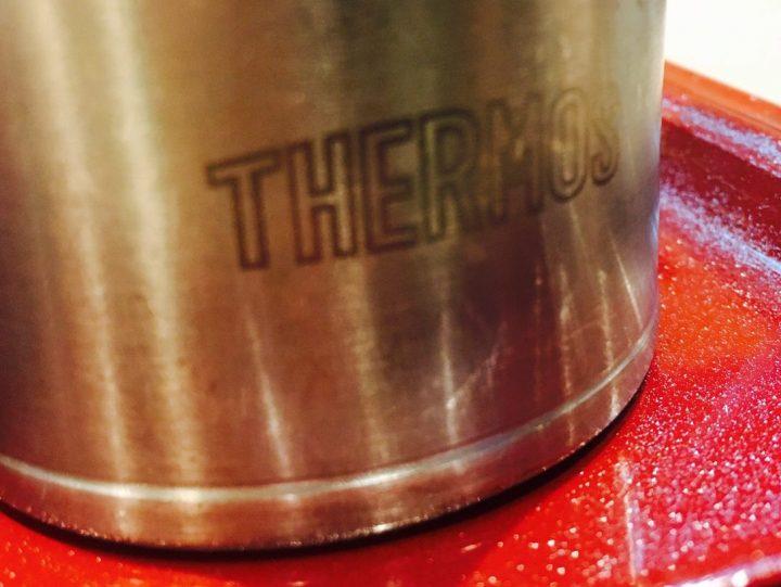 お水を飲むコップはサーモスで水滴がつかない、持ちてのところが冷えない素敵な作り