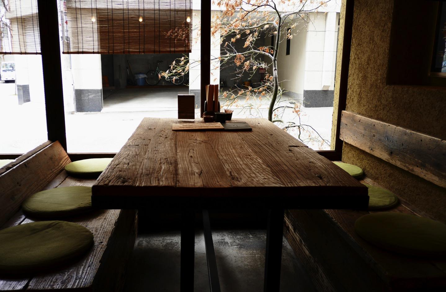 テーブル席も趣があって良い雰囲気