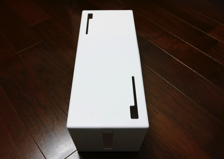 ボックスの上部には充電ケーブルを出せるように穴がついてます。