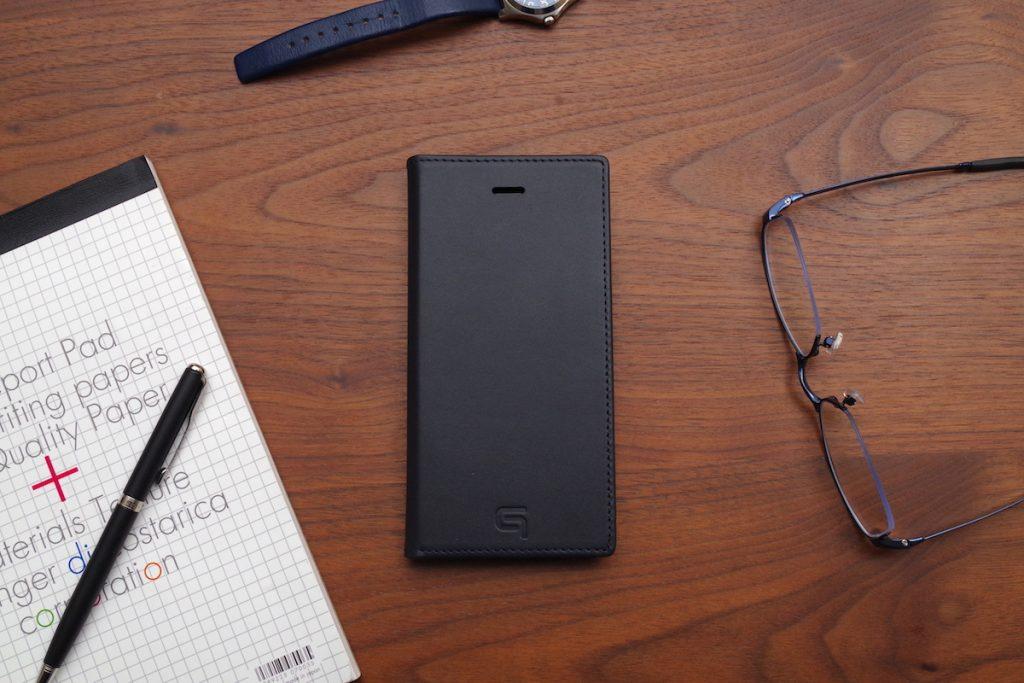 【レビュー】上品な本革でiPhoneを包み込むシンプルな手帳型レザーケース「GRAMAS Full Leather Case」