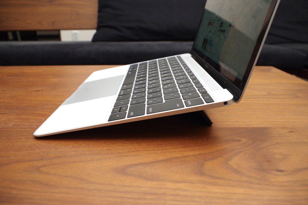 MacBookのキーボードに傾斜をつけるフリップスタンド「Bluelounge Kickflip」はタイピングを快適にしてくれるスンバらしいアイテムだった!