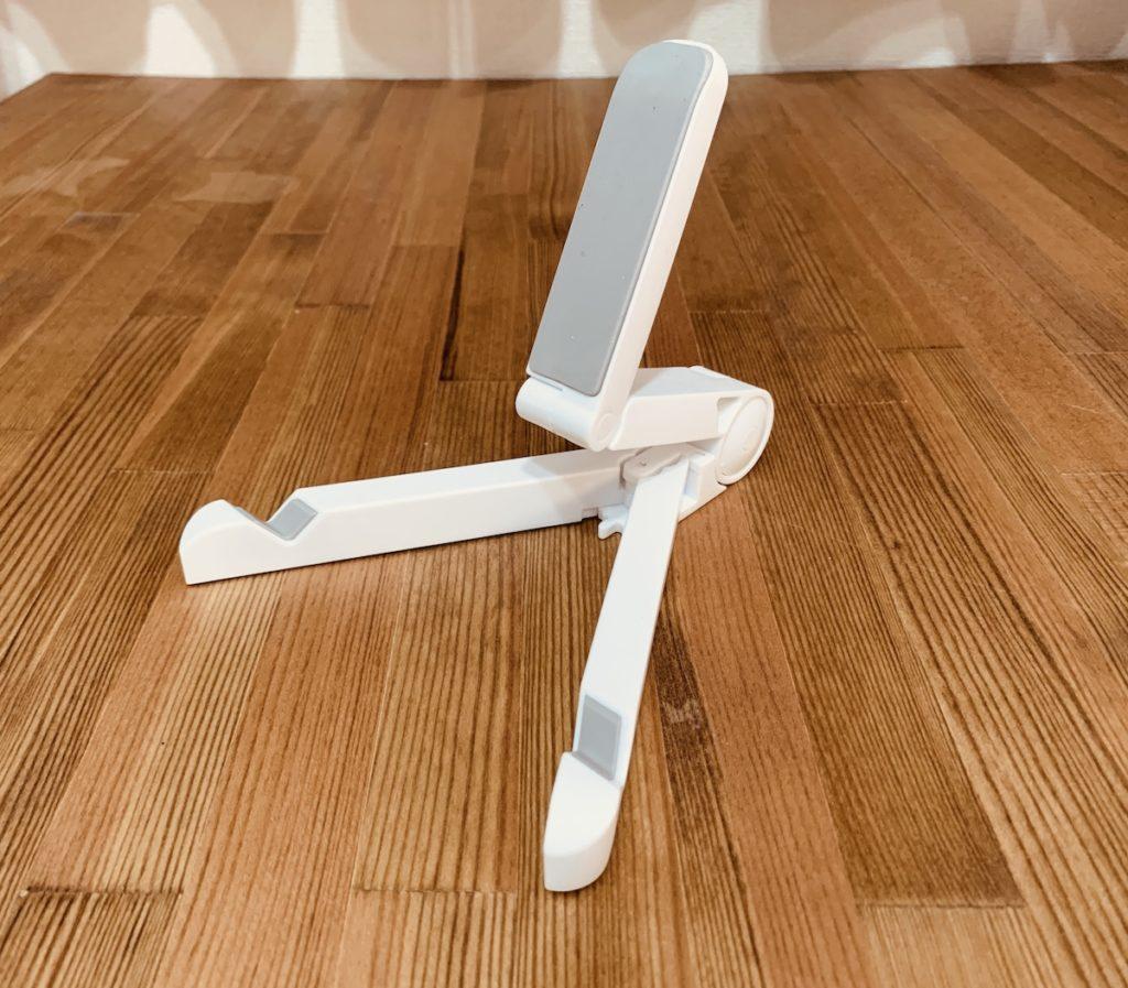 折りたたみ式のコンパクトなタブレットスタンドを購入。角度調節可能で持ち運びにも便利だけど安定性には難あり